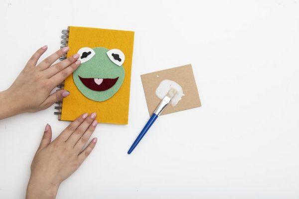 Bastelanleitung Kermit Notizbuch 1 600x399 - MUPPET BABIES Bastelanleitung Kermit Notizbuch