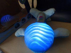 Infantino Willy der Wal Kuscheltier und Nachtlicht (9)