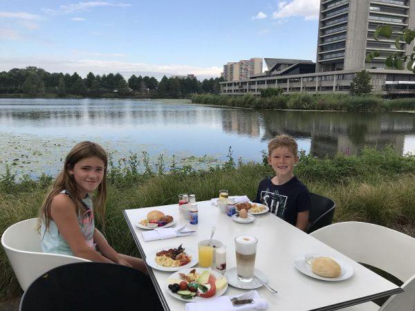 Mövenpick Hotel 's Hertogenbosch Frühstück mit Blick auf den See 600x450 - Familienurlaub: Mövenpick Hotel 's-Hertogenbosch