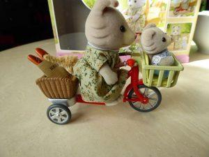 Sylvanian Families Fahrrad fahren mit Mutter 9 300x225 - Gewinnspiel: Sylvanian Families - Fahrrad fahren mit Mutter