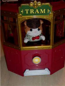 Sylvanian Families Town Straßenbahn Figuren 40 e1520082483799 225x300 - Gewinnspiel: Sylvanian Families Town Straßenbahn + Figuren