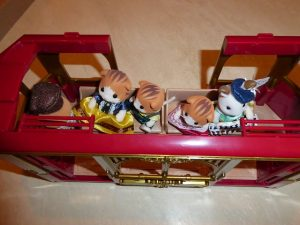 Sylvanian Families Town Straßenbahn Figuren 47 300x225 - Gewinnspiel: Sylvanian Families Town Straßenbahn + Figuren