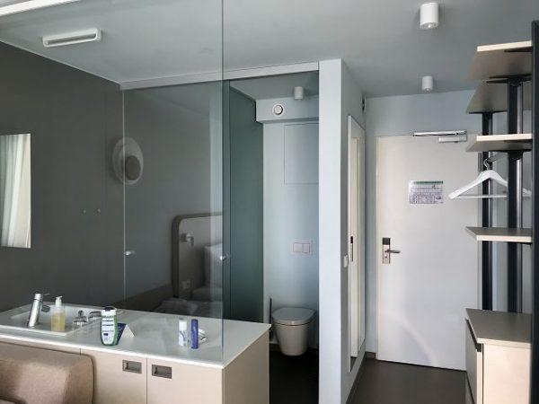 a ja Travemünde - Das Resort - Doppelzimmer - Bad mit Schiebetür