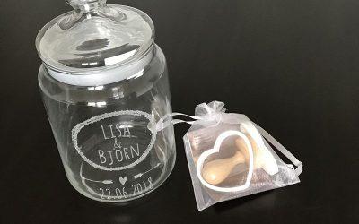 graviertes Keksglas Hochzeitsgeschenkideen 400x250 - Die schönsten personalisierten Hochzeitsgeschenkideen