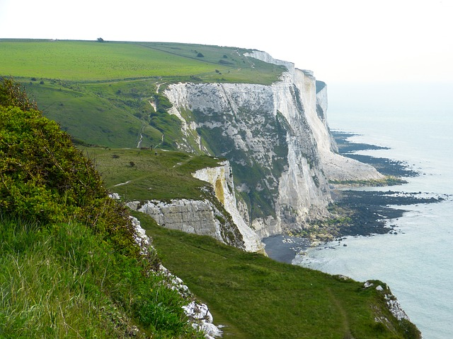 https://pixabay.com/en/white-cliffs-cliffs-dover-sea-123476/